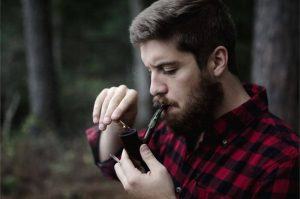 Facet pali fajkę z tytoniem średniej mocy