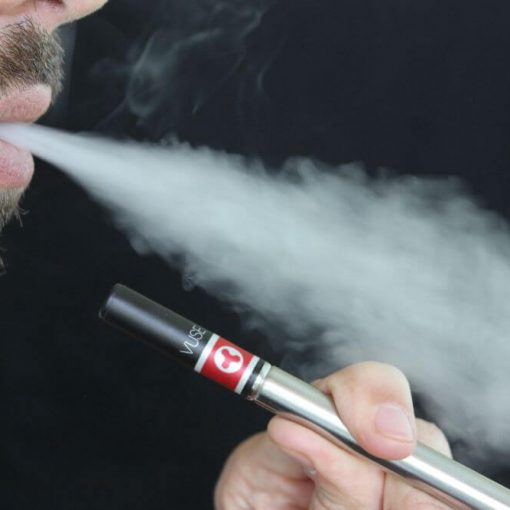 facet pali cienki e-papieros, szkodliwość vapingu