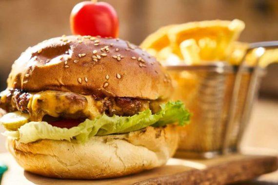 Burger i frytki, niezdrowe jedzenie zabija więcej ludzi niż tytoń