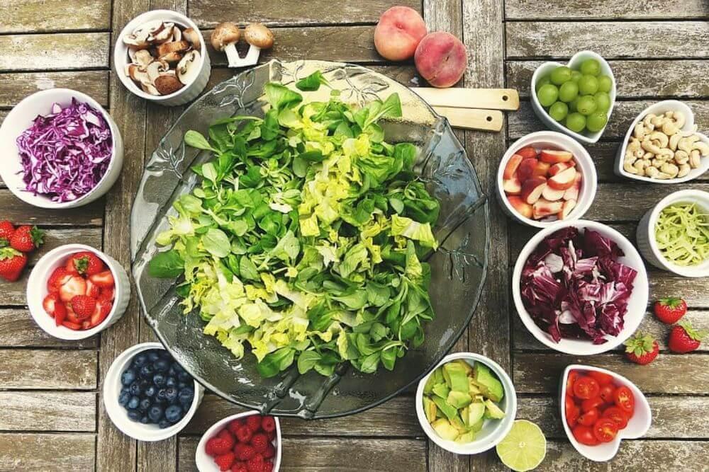 sałata z warzywami, zdrowe jedzenie