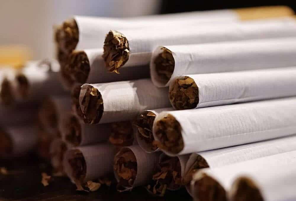 Stos skręconych papierosów z tytoniu