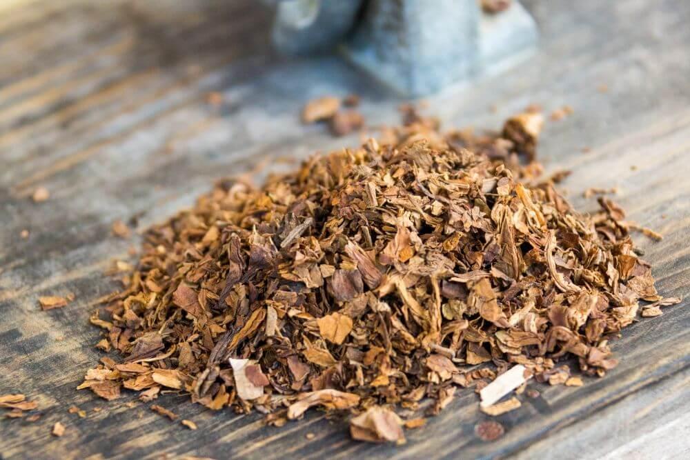 Stos tytoniu na stole, szkodliwość palenia