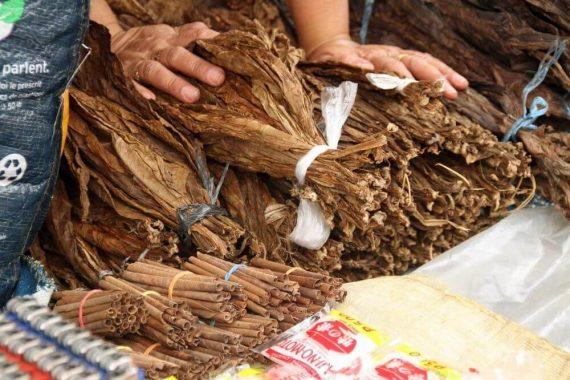 suche liście tytoniu i cynamon na rynku