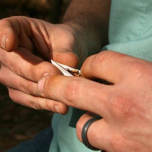 zwijnie papierosa ręcznie przez osobę z tytoniem