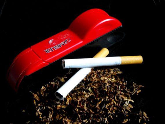 Skręcanie własnych papierosów za pomocą zwijarki
