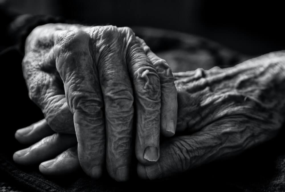 Ręce starej osoby z alzheimerem, pozytywne skutki palenia
