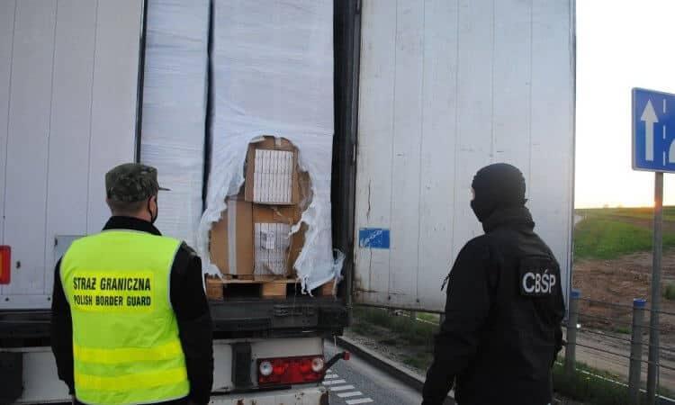 Ciężarówka z paczkami nielegalnych papierosów z Białorusi